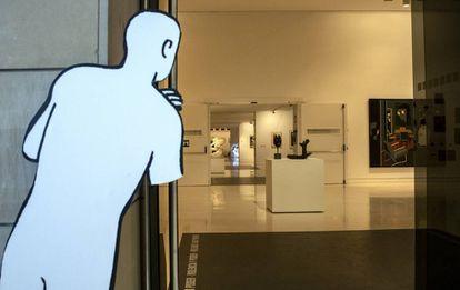 Uno de los dibujos de Paco Roca mira al interior de una sala del IVAM.