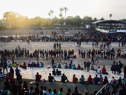 Cientos de migrantes en el estadio de Tapachula, Chiapas.