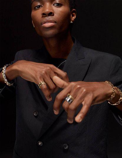 La modelo luce pendientes, anillos y pulseras de la colección LV Volt.