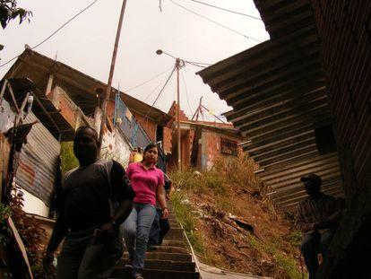 Residentes del barrio Julián Blanco (Petare Norte) bajando hacia otra parte de la ciudad. Fotografía tomada en 2010.