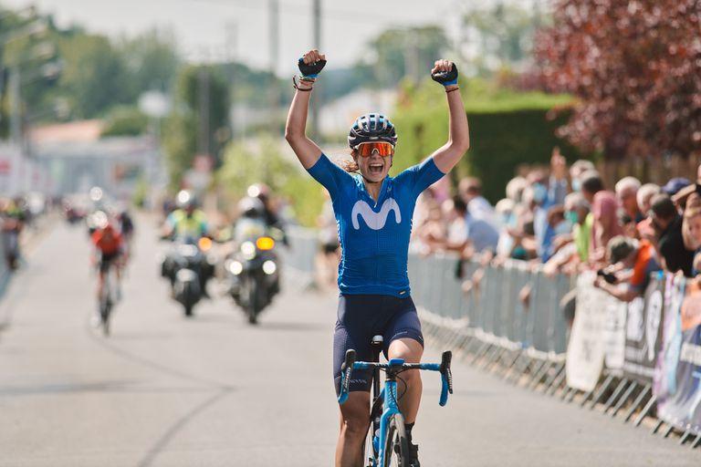 Sheyla Gutiérrez celebra su triunfo en La Périgord Ladies (Francia) el pasado agosto.
