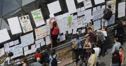 Pancartas colocadas por los concentrados en la Puerta del Sol.