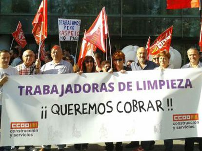 Concentración de las trabajadoras frente a la Ciudad de la Justicia para pedir el pago de salarios atrasados, el pasado 28 de octubre.