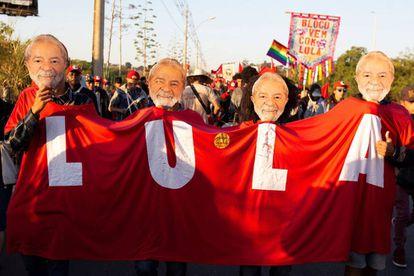 Activistas del Movimiento sin Tierra, con caretas con la foto de Lula, marchan ayer en Brasil en apoyo de la candidatura del expresidente