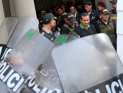 Ollanta Humala (c) sale del Palacio de Justicia el viernes.