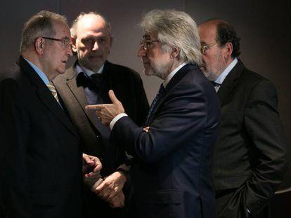 Josep González (Pimec) habla con Josep Sánchez Llibre (Foment del Treball), en una imagen de archivo.