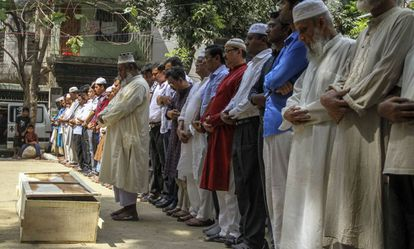 Familiares y amigos asisten este martes a la oración fúnebre del activista gay Julhas Mannanla en Dacca.