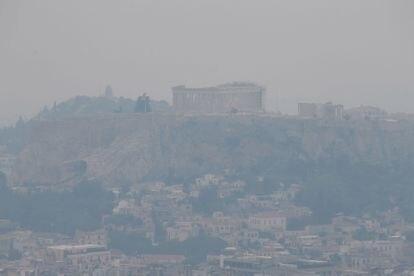 Vista de la Acrópolis de Atenas, velada por el denso humo del incencio.