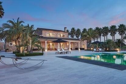 Casa, jardin y piscina de una de las viviendas de lujo que la inmobiliaria de Marcel Ramus tiene en Mallorca.
