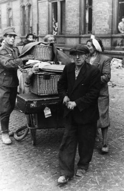 Un soldado alemán registra los enseres domésticos de unos ciudadanos, en Mannheim en 1943.