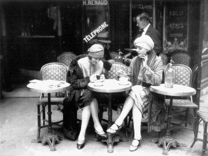 Mujeres en una terraza de café, hacia 1925 (Francia).