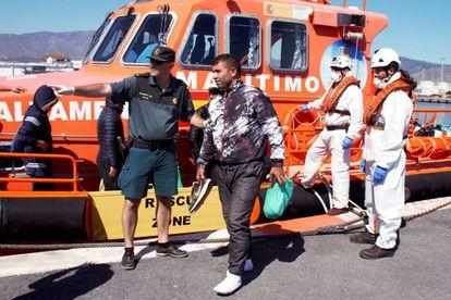 Desembarco, este jueves, de un grupo de migrantes en el puerto de Motril (Granada).