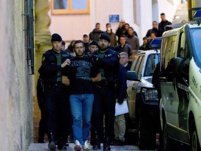 Agentes de la Guardia Civil trasladan Norbert Feher, 'Igor el Ruso', a su salida de los juzgados de Alcañiz (Teruel).  El suyo es uno de los últimos casos que se han reconstruido en 3D.