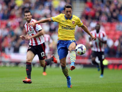 Özil controla la pelota ante el Sunderland.