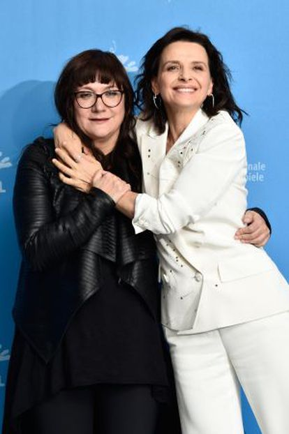 Isabel Coixet (a la izquierda) y Juliette Binoche, ayer en Berlín.