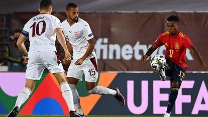 Ansu Fati controla el balón ante Djibril Sow (centro)y Granit Xhaka este sábado en el Estadio Alfredo Di Stéfano.