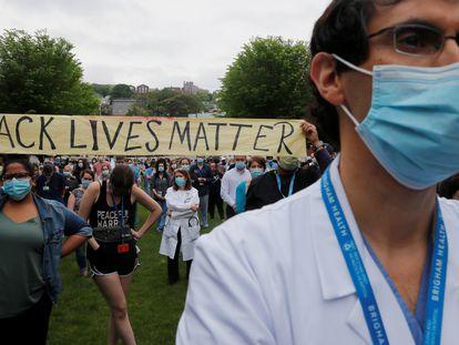 """Enfermeras, médicos y trabajadores de un hospital se manifiestan por la muerte de George Floyd bajo el lema. """"Las vidas de los negros importan""""."""
