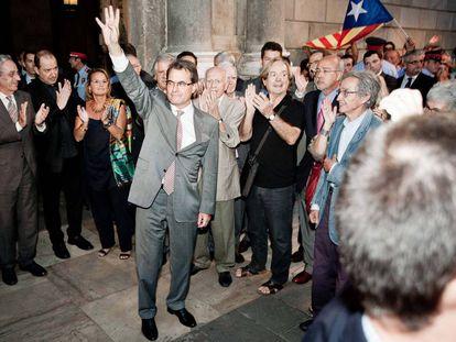 Artur Mas, el 20 de septiembre de 2012, saluda en la plaza de Sant Jaume (Barcelona) tras su reunión con Mariano Rajoy en La Moncloa.
