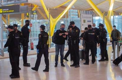 Agentes de policía nacional realizan controles a los pasajeros en el Aeropuerto Adolfo Suárez Madrid-Barajas, el 26 de Marzo.
