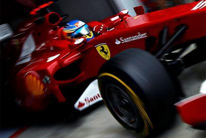Fernando Alonso sale del box con su Ferrari en una imagen de archivo.