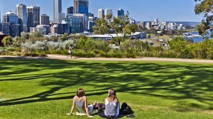 Dos jóvenes relajándose en el Kings Park, en Perth (Australia).