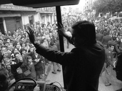 Felipe González saluda a su seguidores en las calles de Huesca en la campaña de las elecciones del 28 de octubre de 1982.