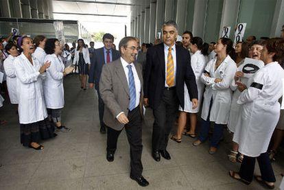 Una protesta del personal investigador recibió al consejero Luis Rosado, ayer, al llegar al Centro de Investigación Príncipe Felipe.