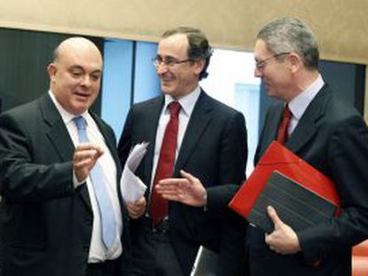 Alonso, junto al ministro de Justicia, Alberto Ruiz-Gallardón, y el diputado del PNV Emilio Olabarría, en la Comisión de Justicia del Congreso.