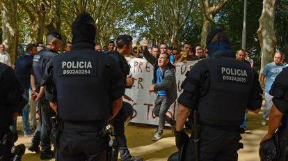 La policía intenta controlar a los agricultores durante la protesta.