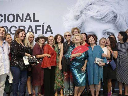 Esther García, con abanico rojo, rodeada de compañeras cineastas en la concesión del Premio Nacional de Cinematografía / En vídeo, declaraciones de la productora Esther García