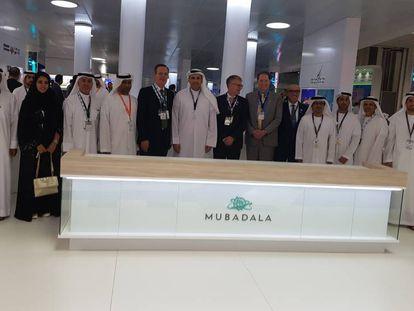En el centro, Pedro Miró (izq.), CEO de Cepsa y Khaldoon Al Mubarak, CEO de Mubadala.