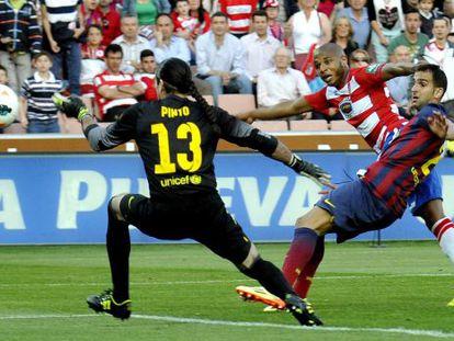 Brahimi supera a Pinto en el disparo del gol del Granada