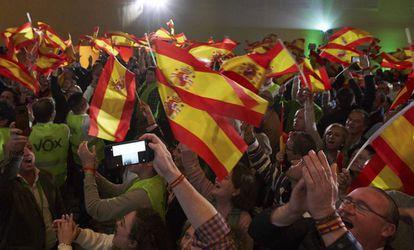 Simpatizantes de Vox celebrando los resultados de las elecciones andaluzas.