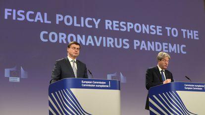 El comisario de Economía, Paolo Gentiloni (derecha) junto a Valdis Dombromvskis, comisario de Comercio, este miércoles en Bruselas.