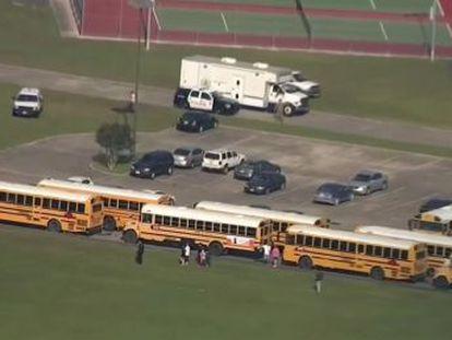 La policía detiene al atacante y encuentra artefactos explosivos dentro y fuera de la escuela. Hay 10 heridos