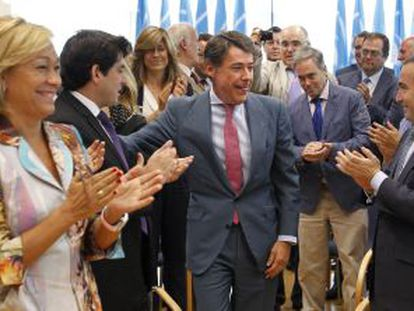 Los diputados del PP en la Asamblea de Madrid aplauden a Ignacio González, tras ser nombrado presidente del grupo.