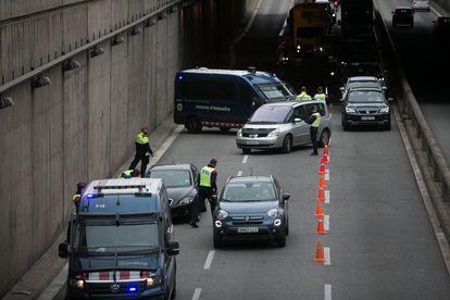 Un control del confinamiento comarcal este viernes en la Gran Via de Barcelona.