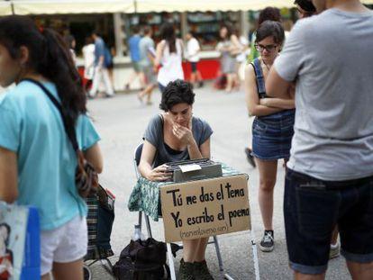 """Una """"poeta de servicio"""" en mitad de la Feria del Libro de Madrid."""