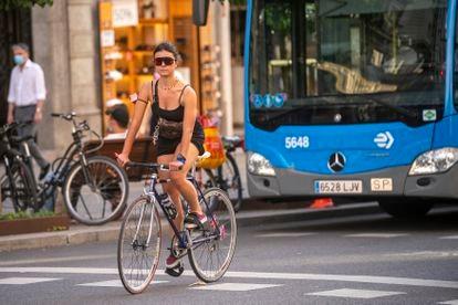 Una mujer monta en bici por el centro de Madrid, este jueves.