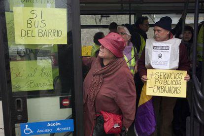 Un grupo de jubilados ocupa un bus en protesta contra el alza de precios y los recortes sociales