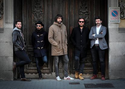 El grupo musical IZAL posando en las calles de Madrid.