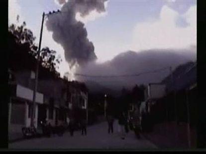 Un volcán colombiano entra en erupción