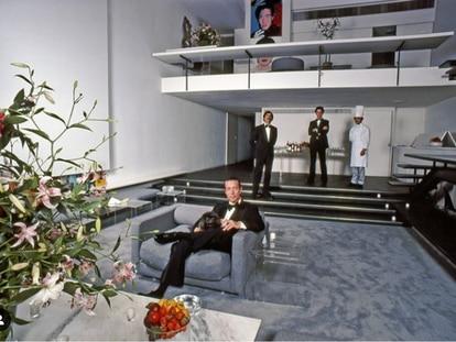 """Roy Halston en el salón de """"la 101"""". Esta fotografía de Harry Benson fue publicada en un artículo de 'Life Magazine'."""