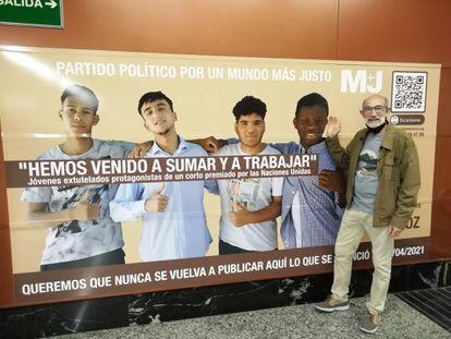 Un pasajero del Metro Madrid junto al cartel de M+J.