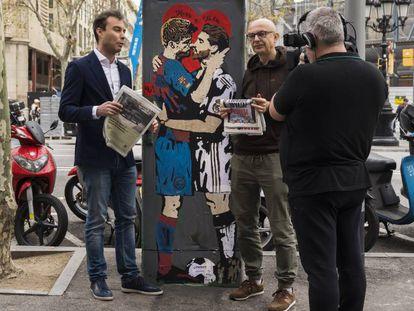 Periodistas italianos ante el cartel de TvBoy.