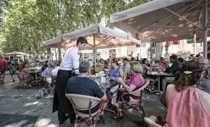 Turistas en la terraza de un bar de Palma de Mallorca