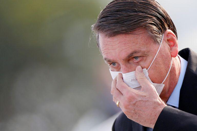 El presidente Bolsonaro se reajusta la mascarilla al llegar al Consejo de Ministros este martes en Brasilia.