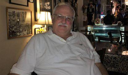 Guy Bass, un hombre gay de 58 años, en su restaurante Cotton en Natchez, Misisipi.