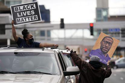 Dos personas celebran el veredicto contra el exagente Derek Chauvin en Minneapolis.