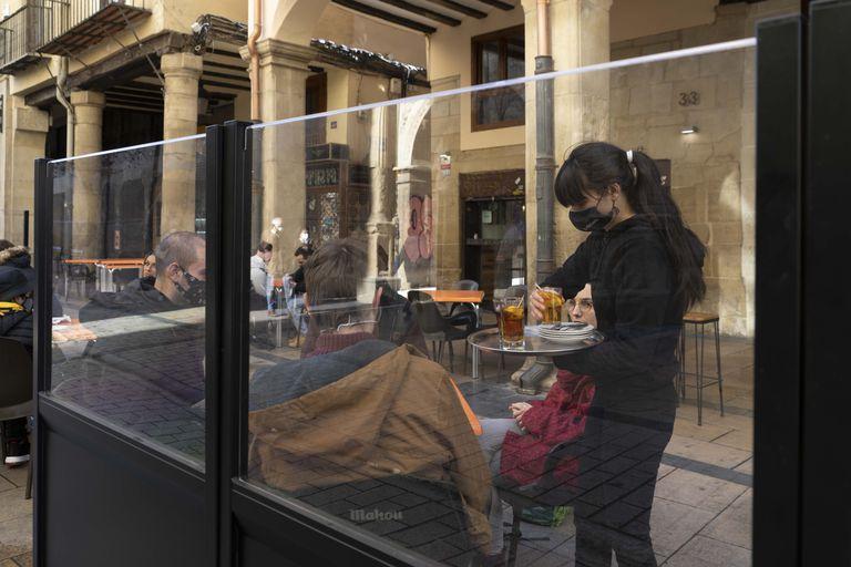 Una camarera atiende a dos clientes en Logroño el pasado domingo.